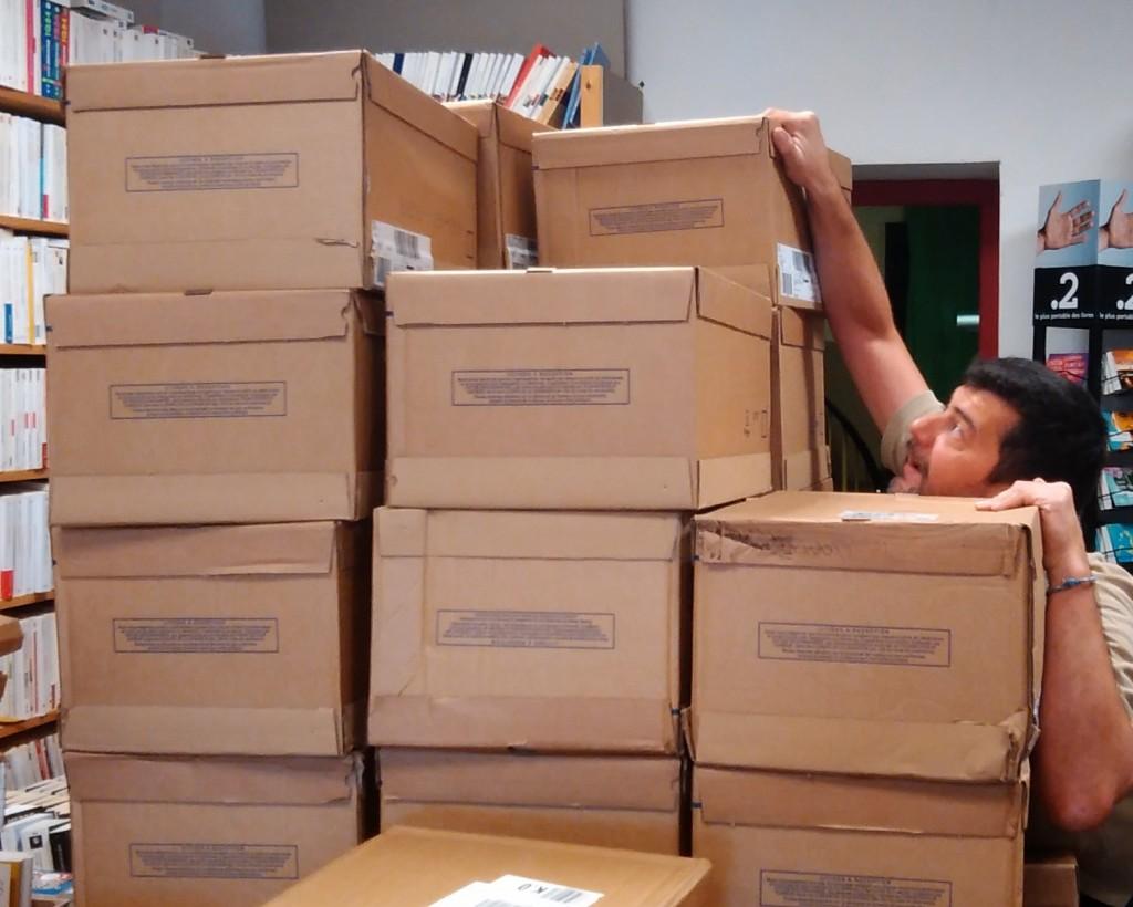 Mikael est submergé par les cartons...